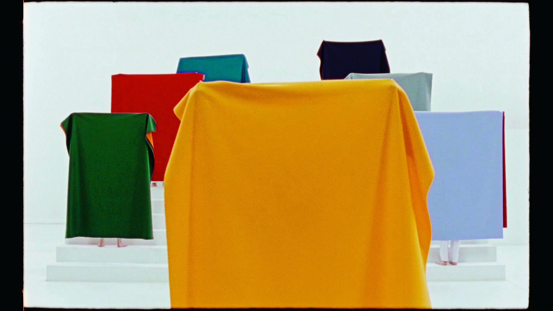 ©Ulla von Brandenburg, It Has a Golden Sun and an Elderly Grey Moon, 2016 (photogramme) film super 16 mm transféré sur hd vidéo, couleur, son, 22 min 25 sec  Courtesy de l'artiste, Art : Concept (Paris); Meyer Riegger (Berlin/Karlsruhe); Pilar Corrias Gallery (Londres) et Produzentengalerie Hamburg
